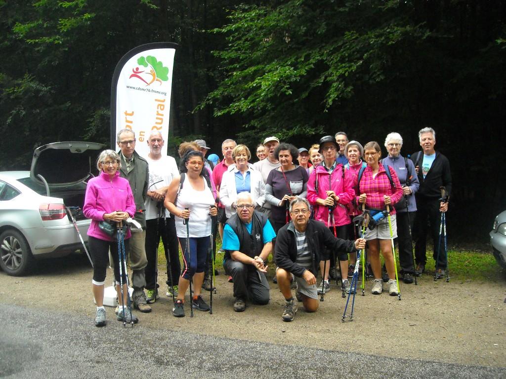 Les 25 randonneurs, accompagnés de Alain GRACIA (chargé d'accueil du public  de l'Office National des Forêts), partent à la découverte de la forêt domaniale d'Eu…